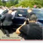 Le président russe Medvedev au volant fonce dans une foule – la vidéo