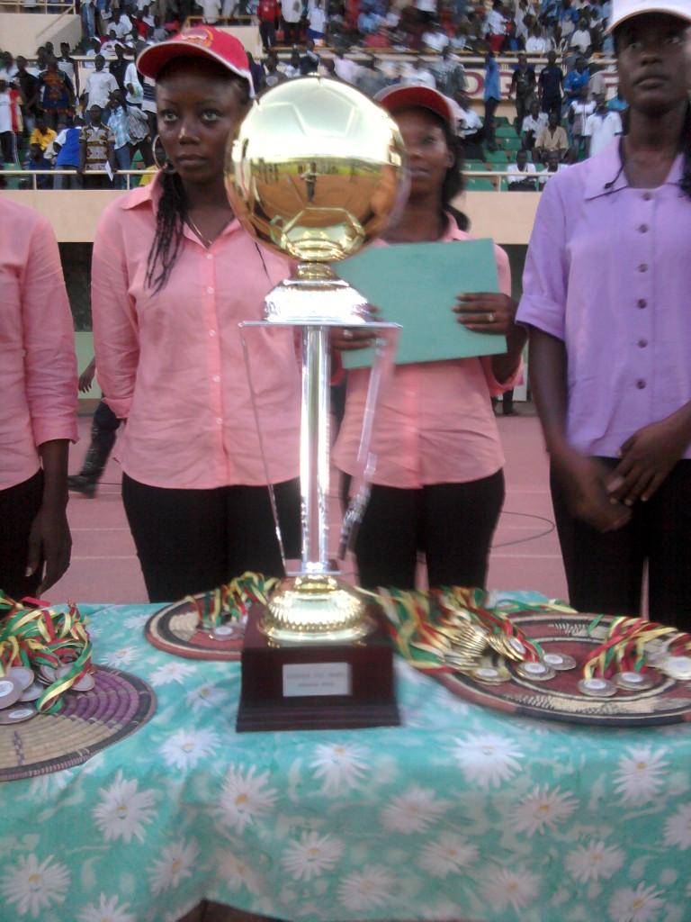 Le trophée de la Coupe du Faso