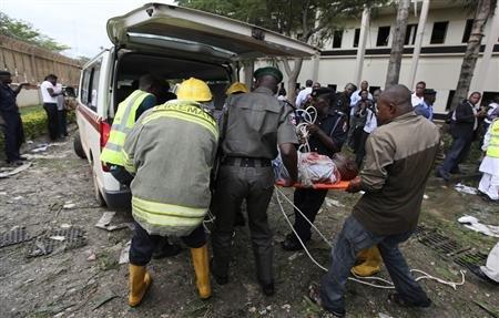 Évacuation d'une victime de l'attentat