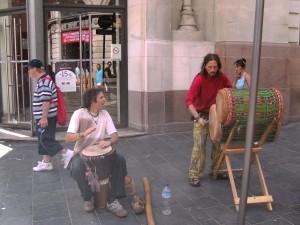 Artistes français jouant des instruments traditionnels burkinabè à Bordeaux