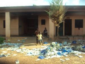 Vue de ce qui reste de la maternité Sylla incendié suite à la mort d'une parturiente. Ph. B24