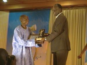 Le ministre des Transports remettant son prix à Waren Saré Ph. B24