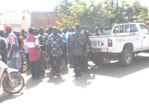 Une foule de curieux sur les lieux de la scène. Photo: Burkina24