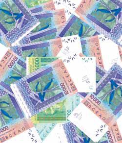 Des billets de 10.000 Francs CFA. Un équivaudra à 10 Euros si nouvelle dévaluation