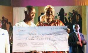 Alain Giresse Hounou, recevant un chèque de 3millions de f cfa de Coris Bank