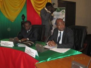 Les ministres en charge de la Sécurité Jérôme Bougouma (à droite) et de l'Economie Lucien Maire Noël Bembamba. Photo: Burkina24