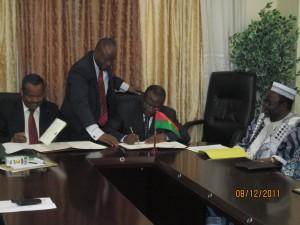 (de g à d) le président de la BIDC, Bashir Ifo, le ministre de l'Economie et des Finances, Lucien M. N. Bembamba, et le ministre des enseignements secondaire et supérieur, Albert Ouédraogo. Photo: Burkina24