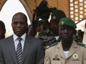 Djibril Bassolet (gauche) et le Chef de la junte malienne, le Capitaine Sanogo