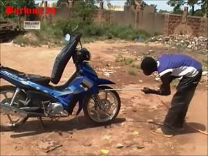 Jean-Marie Nacoulma. Profession : laveur de moto ! (Ph : Burkina 24)