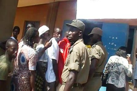 Archives. Des électeurs en attente de voter (Ph : B24)