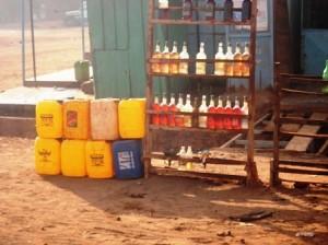 L'essence vendue au bord des voies reste le seul recours (Ph : B24)