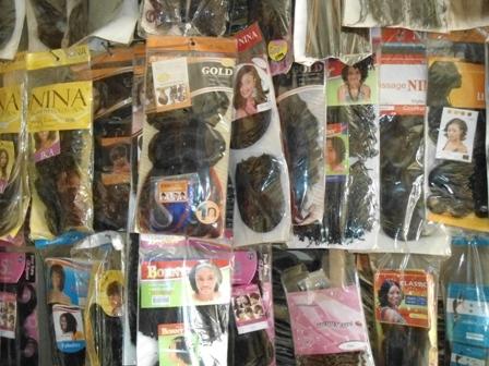 Les boutiques de mèches ne font que pousser dans la capitale burkinabè (Ph. B24)