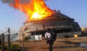 La salle du FESPACO en flamme (Ph : DR)