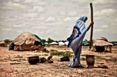 Une femme cuisine à proximité de son abri dans le camp de Mentao, Burkina Faso. Photo: Pablo Tosco/ Oxfam