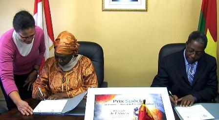 Signature du protocole d'accord entre Sy Diawara et l'ambassadeur burkinabè au Canada Adrien Koné (à d.) (Ph : DR)