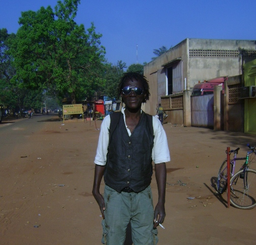 Un rasta dans une rue de Bobo