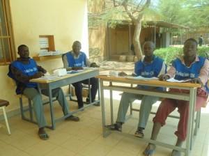 Les membres du bureau de vote n°3 de l'ex mairie de Boulmiougou sont désœuvrés du fait du manque d'engouement des électeurs (Ph : B24)