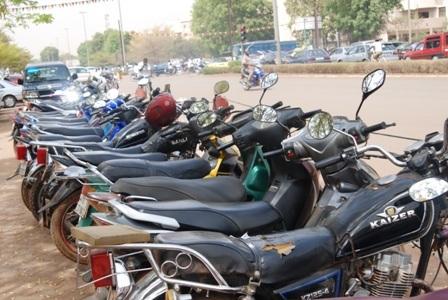 Pour garer sa monture, il faut débourser 200 F CFA devant les lieux où se déroule le FESPACO (Ph: B24)