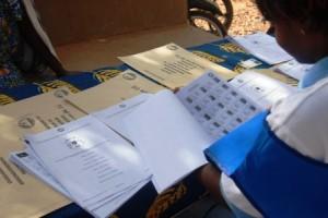 Une opératrice de la CENI chargée de guider les électeurs vers les bureaux de vote (Ph : B24)