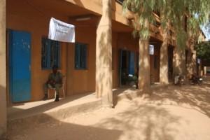 Ces bureaux de vote au lycée Saint Viateur à l'arrondissement 10 de Ouagadougou ne connaissent pas une affluence particulière (Ph : B24)