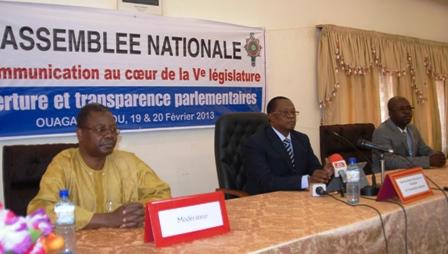 Le Président de l'Assemblée nationale, entouré de Secrétaire Générale de l'assemblée et du directeur de la communication et des relations publiques. Ph.B24