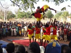 Les acrobates guinéens de la cie Tinafan (photo: FrédériqueMonblanc)