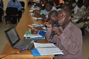 Madi Sawadogo du bureau Pro Consult présentant les résultats de l'enquête
