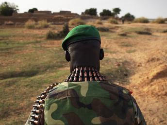 Un soldat malien, à proximité du village de Kadji à Gao. REUTERS/Joe Penney