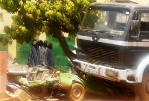 Le taxi, totalement broyé par le camion. Ph.B24
