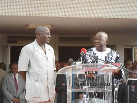 Le maire entrant, Marin Casimir Ilboudo (à gauche), ajoutera la terre à la terre de Simon Compaoré (Ph. B24)