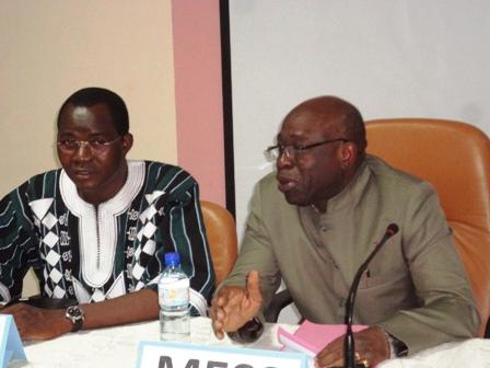 le ministre Moussa Ouattara (à droite) face aux cadres de sa structure ©Burkina 24