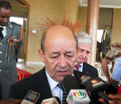 Jean Yves Le Drian face à la presse à sa sortie d'audience. Ph.B24