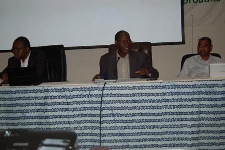 Le conseiller technique du MEDD, Samuel Yéyé (au milieu), assisté du DG/PEDD, Paul Sawadogo (à g.) et du Pr Barry du PNUE (Ph. B24)
