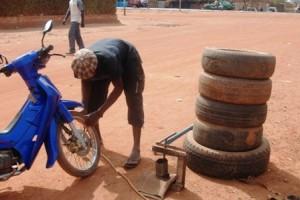 Jeune mécanicien à Ouagadougou (Ph : B24)