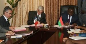 Avec cette  signature, la France octroie 7 millions d'euros d'appui budgétaire sectorielle au Burkina Faso