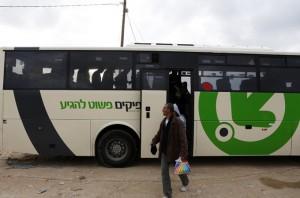 Des Palestiniens descendant de ''leur bus''. Ph:rfi.fr