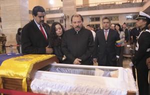 Nicolas Maduro s'incline sur le cercueil de Chavez. Ph:rue89