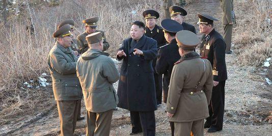 Le président nord coréen au centre donnant des instructions à ses Hommes.
