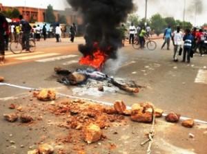 Les étudiants ont brûlés des pneus sur le boulevard Charles de Gaule pour manifester contre la venue du Premier ministre (Ph : B24)