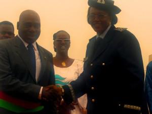 Le Haut-Commissaire du Houet félicitant le Maire Salia Sanou. Ph.B24