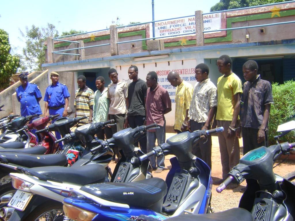 Des gendarmes et les présumés délinquants devant  des motos volées. Ph.B24
