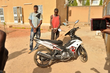 Pour 4 800 000 F CFA, Bassirou Compaoré, neveu de la victime et âgé de 23 ans (à gauche) et son ami Fabrice Ilboudo, âgé de 17 ans, présumés auteurs de l'assassinat de Salif Compaoré, l'ont assommé avec la planche posée sur la moto Exciter payée suite à ce crime