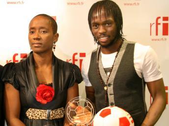 L'Ivoirien Gervinho, aux côtés de Marie-Louise Foé, est le seul joueur à avoir remporté deux fois le prix Marc-Vivien Foé. RFI/Sébastien Bonijol
