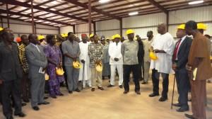 Le Premier ministre prenant connaissance de la pièce d'identité de l'usine (Ph : B24)