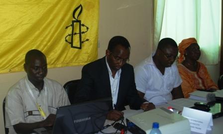 Le Directeur d'Amnesty Burkina, entouré de ses collaborateurs. Ph. B24