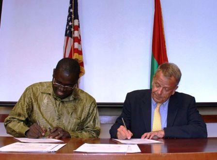 Mr. Ramde Paul signe l'accord de financement pour la promotion du dialogue inter religieux par l'Union Fraternelle des croyants (Dori)