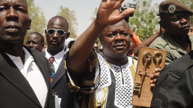 Anatole Bonkoungou tenant les clés de la mairie (Ph : B24)