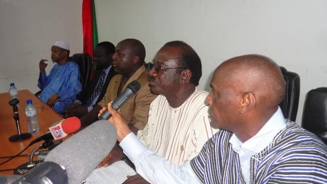 Les députés Louis Armand Ouali (premier à droite) et Ibrahim Koné (2e à droite) lors du point de presse (Ph: B24)