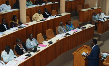 Le ministre de la communication défendant le projet de loi devant les élus. Ph.B24