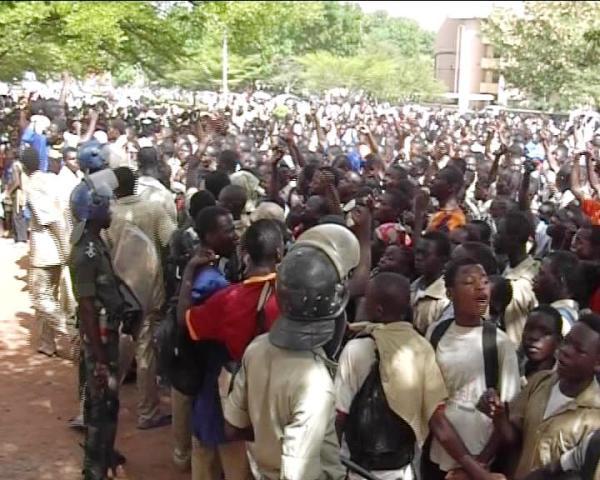 La mobilisation des élèves devant le MESS (Ph : Remy Djandjinou)
